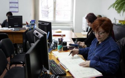Funcţionarii publici vor putea să lucreze şi după data la care trebuie să se pensioneze