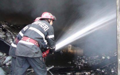 Călărași/Depozit cu materiale de construcții, în flăcări