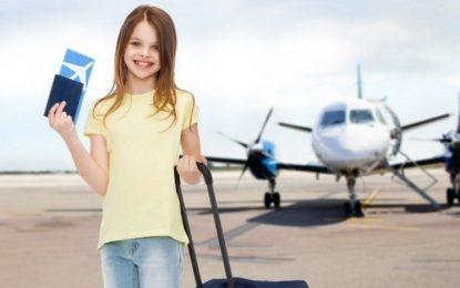 Copiii care au împlinit 14 ani vor putea călători singuri cu avionul