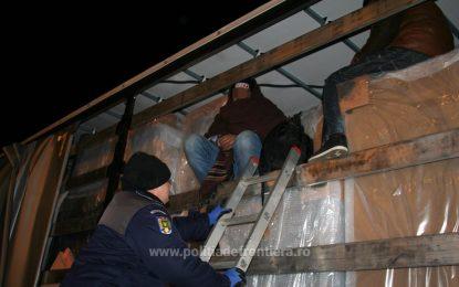Trei pakistanezi, ascunşi într-un camion, depistaţi cu aparatura pentru detectarea bătăilor inimii