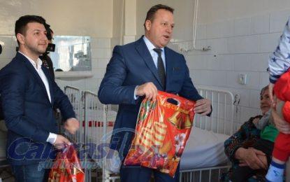 Președintele CJ, Vasile Iliuță, a oferit cadouri, de Moș Nicolae, copiilor internați la secția Pediatrie a SJU Călărași