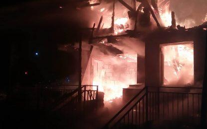 Incendiu de proporții laDârvari/Un imobil a ars în întregime(FOTO)