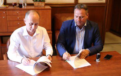 Două noi contracte, semnate la Ministerul Dezvoltării, de către administrația județeană, condusă de Vasile Iliuță, pentru reabilitarea unor drumuri județene