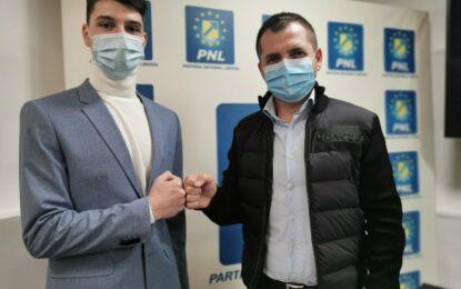 Președintele Consiliului Județean al Elevilor Călărași, Mihnea Tudone, pune în atenția senatorului Pandea problemele colegilor săi