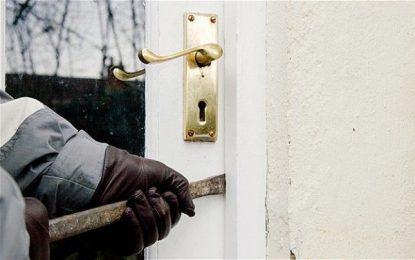 Ileana/Bărbat, depistat de polițiști la câteva ore după ce a furat dintr-o locuință 500 de lei și un card bancar