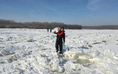 ISU Călărași are pompieri curajoși/Au mers pe Borcea înghețată pentru a duce alimente unor marinari blocați pe o barjă